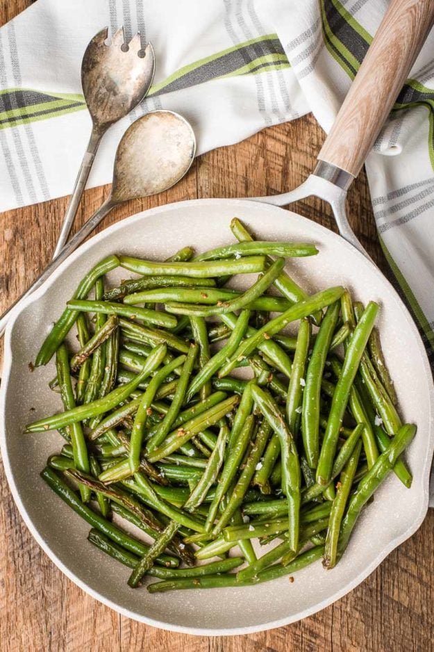 Easy garlic green beans recipe in a skillet