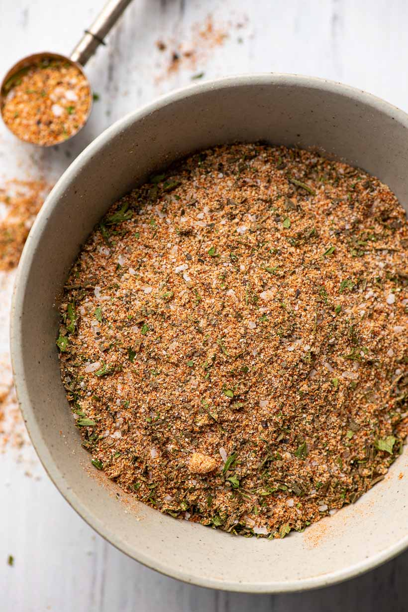 bowl of garlic and herb chicken seasoning